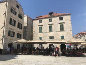 Dubrovnik Stari Grad içinde bir meydan ve cafe/restaurantlar