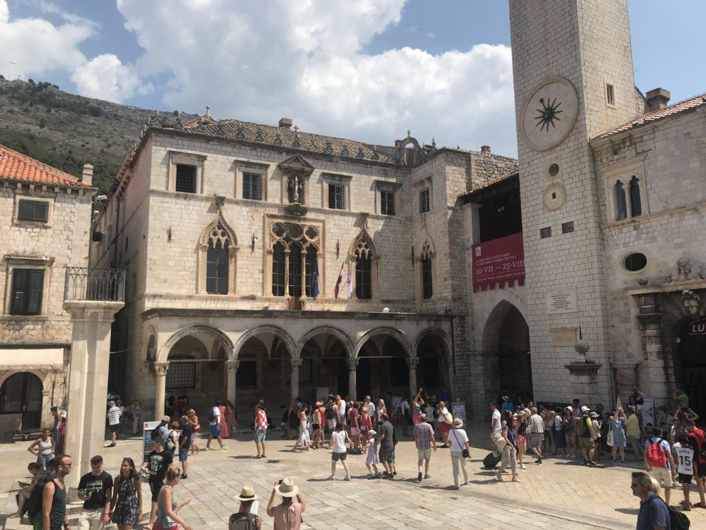 Dubrovnik Old Town - Çan Kulesi Meydanı'ndan bir yaz günü sahnesi