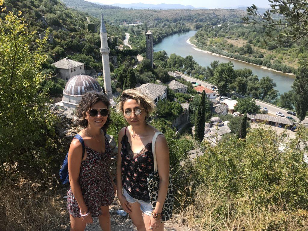 Bosna Hersek gezi rehberi tepeden Počitelj köy ve nehir manzarası