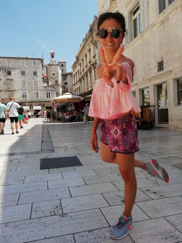 Split Hırvatistan gezisinde Split Old Town meydanında zafer işareti yapan kız